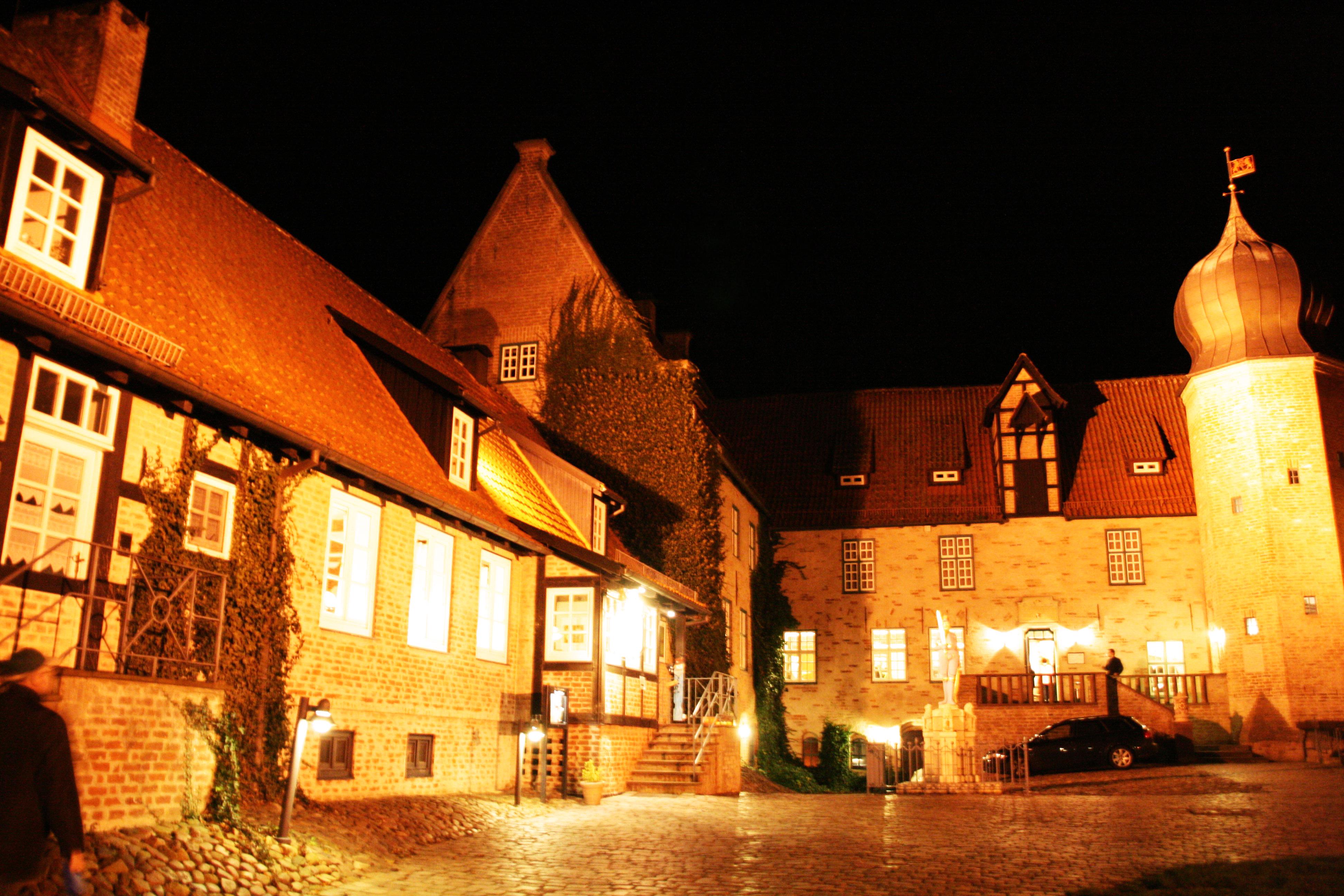 Burg zu Bederkesa / Burghof mit Restaurant