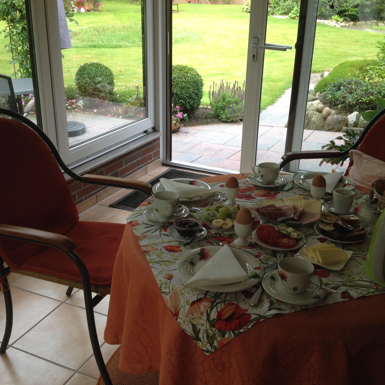 Frühstück im Wintergarten