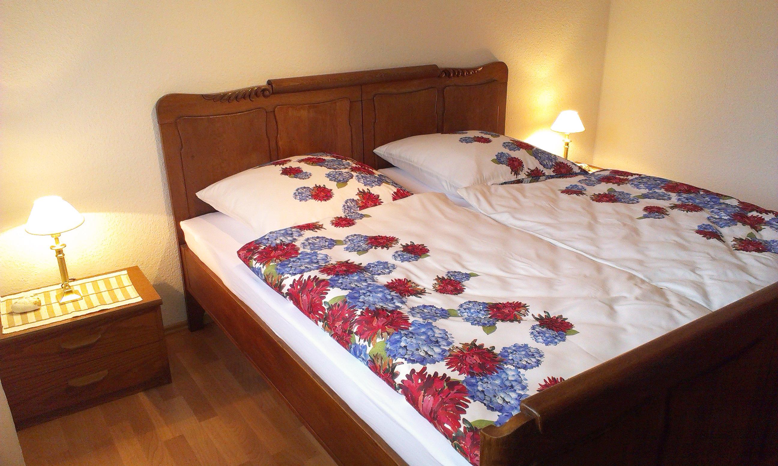 EG: Schlafzimmer mit Eichenholz-Doppelbett